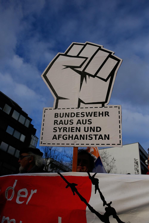 Demonstration 9.12. stuttgart gegen Asylrechtsverschaerfung Rassismus und Fluchtursachen 7